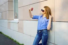 Muchacha que usa un smartphone Fotos de archivo