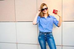 Muchacha que usa un smartphone Fotografía de archivo libre de regalías