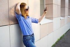 Muchacha que usa un smartphone Foto de archivo libre de regalías