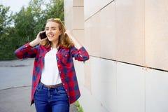 Muchacha que usa un smartphone Fotos de archivo libres de regalías