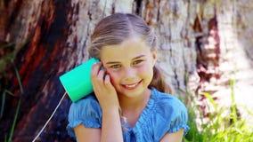Muchacha que usa un teléfono de la poder almacen de metraje de vídeo