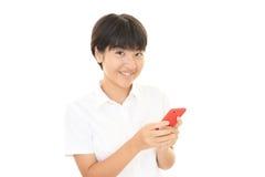 Muchacha que usa un teléfono elegante Fotos de archivo libres de regalías