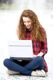 Muchacha que usa una computadora portátil Imágenes de archivo libres de regalías