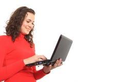 Muchacha que usa una computadora portátil Imagen de archivo libre de regalías
