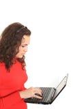Muchacha que usa una computadora portátil Foto de archivo