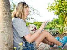 Muchacha que usa una tableta digital al aire libre Fotografía de archivo