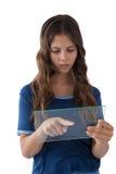 Muchacha que usa una tableta digital de cristal Fotos de archivo libres de regalías