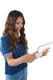 Muchacha que usa una tableta digital de cristal Imagen de archivo