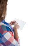 Muchacha que usa una tableta digital de cristal contra el fondo blanco Imagen de archivo libre de regalías