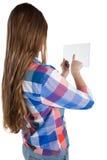 Muchacha que usa una tableta digital de cristal contra el fondo blanco Imagenes de archivo