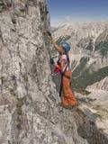 Muchacha que va de excursión en montañas Fotos de archivo