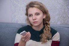 Muchacha que ve la TV foto de archivo libre de regalías