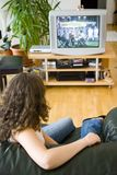 Muchacha que ve la TV Imagen de archivo