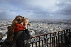 Muchacha que ve París a través del telescopio Imágenes de archivo libres de regalías