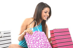 muchacha que ve todos sus bolsos de compras Imagen de archivo