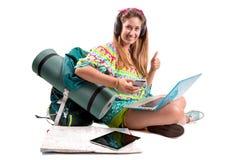 Muchacha que viaja con muchos ayuda imagen de archivo libre de regalías