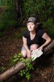 Muchacha que viaja en el bosque Fotografía de archivo