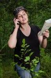 Muchacha que viaja en el bosque foto de archivo libre de regalías