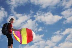Muchacha que vuela una cometa Foto de archivo libre de regalías