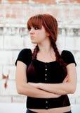Muchacha rebelde del adolescente con el pelo rojo Fotos de archivo