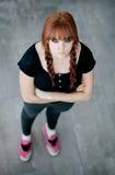Muchacha rebelde del adolescente con el pelo rojo Foto de archivo