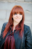 Muchacha rebelde del adolescente con la sonrisa roja del pelo Foto de archivo