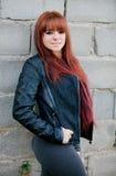 Muchacha rebelde del adolescente con la sonrisa roja del pelo Imagenes de archivo