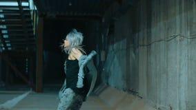 Muchacha rebelde que corre y que da vuelta alrededor en a cámara lenta, metrajes