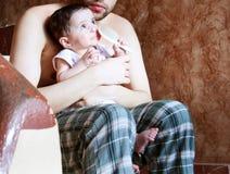 Muchacha recién nacida con su padre Fotografía de archivo libre de regalías
