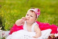 Muchacha recién nacida linda que sonríe en hierba imagen de archivo libre de regalías