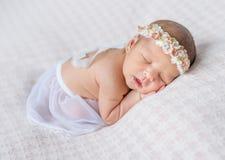 Muchacha recién nacida preciosa que duerme en su estómago foto de archivo libre de regalías