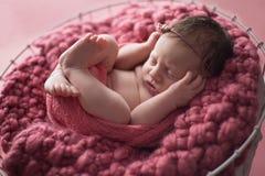 Muchacha recién nacida que duerme en cubo de madera Fotografía de archivo