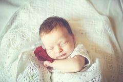 Muchacha recién nacida que duerme en una manta Foto de archivo