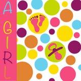 Muchacha recién nacida de la tarjeta del aviso del nacimiento del bebé con los pies del bebé, simulados Fotos de archivo libres de regalías