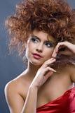 Muchacha redheaded de la belleza en alineada de la manera Imágenes de archivo libres de regalías