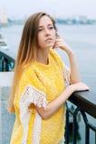 Muchacha redheaded de la moda de la ciudad de la calle con el pelo largo Fotografía de archivo libre de regalías