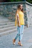 Muchacha redheaded de la moda de la ciudad de la calle con el pelo largo Fotos de archivo libres de regalías
