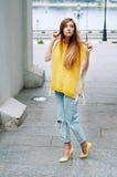 Muchacha redheaded de la moda de la ciudad de la calle con el pelo largo Fotografía de archivo