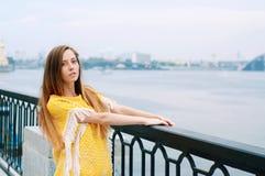 Muchacha redheaded de la moda de la ciudad de la calle con el pelo largo Imagen de archivo libre de regalías