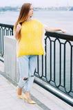 Muchacha redheaded de la moda de la ciudad de la calle con el pelo largo Foto de archivo