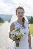 Muchacha Redheaded en el vestido largo blanco debajo del cielo abierto Foto de archivo