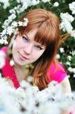 Muchacha Redheaded en flor Imagenes de archivo