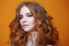 Muchacha redheaded hermosa con el pelo rizado lujoso Retrato del estudio en fondo amarillo Pelo excelente Fotografía de archivo