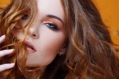 Muchacha redheaded hermosa con el pelo rizado lujoso Retrato del estudio en fondo amarillo Pelo excelente Imágenes de archivo libres de regalías