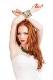 Muchacha redheaded hermosa con joyería verde Fotos de archivo libres de regalías