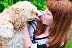 Muchacha Redheaded que se divierte con su perro Fotografía de archivo libre de regalías