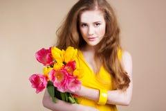 Muchacha redheared hermosa con el ramo de tulipanes Imagen de archivo