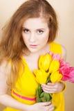 Muchacha redheared hermosa con el ramo de tulipanes Imagen de archivo libre de regalías