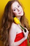 Muchacha redheared hermosa con el ramo de tulipanes Fotografía de archivo