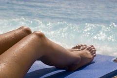 Muchacha Relaxe en la playa Fotos de archivo libres de regalías